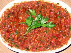 Dip de Pepperoni de Pimienta Turca - Acılı Ezme - Recetas Turcas - La salsa de chile turco con pimienta es un acompañamiento que combina muy bien con pan plano a la p - Meze Recipes, Salad Recipes, Cooking Recipes, Healthy Recipes, Appetizer Salads, Appetizer Recipes, Turkish Salad, Turkish Mezze, Vegetarian