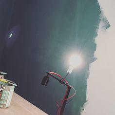 Un Tour Chez Nous - Le magazine #design #décoration #mur #peinture #bleu #mat #canard #paon