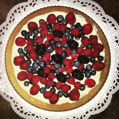 La mamma, con le sue torte si supera ogni volta: pan di spagna ricoperto con crema pasticciera e i miei immancabili frutti rossi