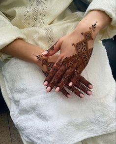 Simple Mehndi Designs Fingers, Circle Mehndi Designs, Pretty Henna Designs, Modern Henna Designs, Henna Designs Feet, Floral Henna Designs, Simple Arabic Mehndi Designs, Finger Henna Designs, Henna Tattoo Designs Simple