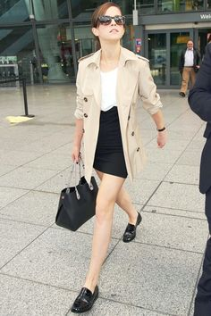 Celebrity Street Style Picture Description Emma Watson is impeccable. Loafers and a trench coat are your best friends in the entire world, and they will Casual Styles, Style Casual, Style Me, Trendy Style, Elegant Styles, Classy Casual, Classy Style, Style Emma Watson, Emma Watson Fashion