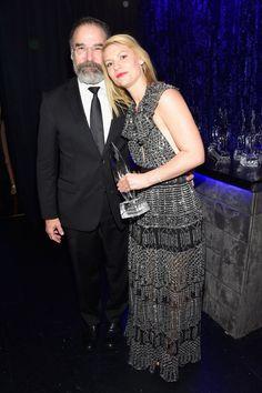 Pin for Later: 23 Choses Qui Se Sont Passé en Backstage Pendant les People's Choice Awards 2016 Claire Danes et Mandy Patinkin ont posé pour une photo.