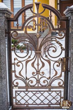 Photo Metal Gates, Wrought Iron Fences, Wrought Iron Doors, Steel Gate Design, Iron Gate Design, Castle Doors, Art Deco Buildings, Garden Archway, Iron Work