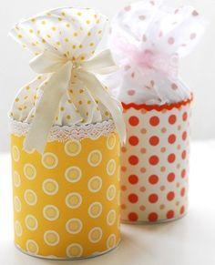 Si tienes obsequios pequeños, puedes decorar las latas de alimentos para crear bellos recipientes. Esto será especialmente útil si entregarás galletitas o alguna otra cosa que hayas preparado tú mismo. Además, quien reciba el regalo podrá guardar el envase y darle un nuevo uso.