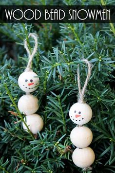 These snowman decorations are perfect for your Christmas tree! Make them in minutes from wood beads! #christmascrafts