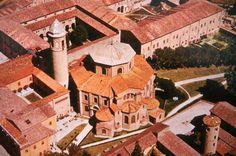 San Vitale de Rávena, siglo VI. Construida en ladrillo. Su planta octogonal se percibe desde el exterior.