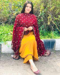 Punjabi Fashion, Indian Fashion Dresses, Dress Indian Style, Summer Fashion Outfits, Muslim Fashion, Heavy Dresses, Unique Dresses, Stylish Dresses, Simple Indian Suits