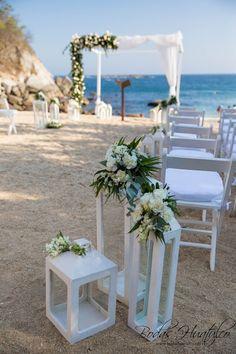 Utilizar quinqués o farolas de diferentes tamaños para el pasillo en tu boda en playa será sensacional. Lanterns beach wedding. Bodas Huatulco