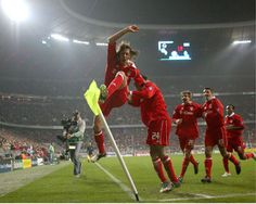 Demichelis celebrates with teammates Pizzaro, DEISLER, Makaay & Ze Roberto after scoring a goal for Bayern