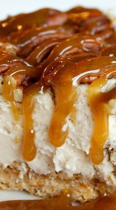 Caramel Pecan Pie Cheesecake, Desserts, Pecan Pie Caramel Cheesecake from Lauren's Latest. This dessert recipe is amazing! It's smooth and rich and to die for! Tarte Caramel, Caramel Pecan Pie, Pecan Pies, Desserts Caramel, Pecan Praline Cake, Pecan Pie Filling, Apple Pies, Food Cakes, Desert Recipes