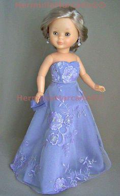 Vestido largo bordado de color azul con escote corazón. American Doll Clothes, Girl Doll Clothes, Girl Dolls, Doll Fancy Dress, Nancy Doll, Fancy Gowns, Wellie Wishers, Color Azul, Doll Patterns
