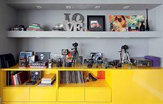 As máquinas fotográficas da moradora ficam no móvel de laca amarelo e cinza, desenhado pelo arquiteto Maurício Arruda e feito pela Marcenaria Drumello