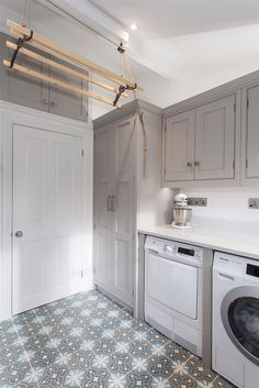 54 Amazing DIY Laundry Room Storage Shelves Ideas - The world's most private search engine Boot Room Utility, Small Utility Room, Utility Room Storage, Utility Room Designs, Storage Shelves, Utility Room Ideas, Small Laundry, Small Shelves, Laundry Room Layouts