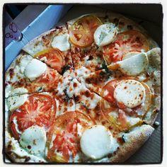 Florentina. Base de masa fina con salsa carbonara y rúcula, cubierta de queso, rodajas de tomate natural y acabada con queso de cabra en cada porción.