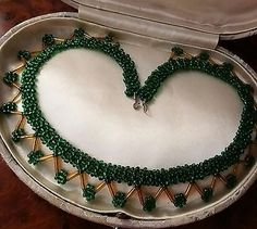 VINTAGE-Art-Deco-emerald-and-amber-glass-seed-bead-choker-necklace-delicate