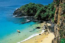 """Águas cristalinas e falésias cobertas por vegetação formam uma das mais belas paisagens do litoral brasileiro. Esta é a descrição perfeita para a praia """"Bahia do Sancho"""" localizada em Fernando De Noronha (PE)"""