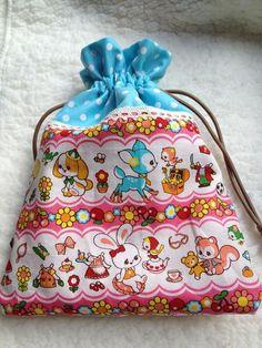 20cm×23cmの裏つき巾着袋です。お子さんのおやつを入れたり小物の整理に給食袋に生理用品を入れるのにも☆可愛い切り替え巾着はいかがでしょうか|ハンドメイド、手作り、手仕事品の通販・販売・購入ならCreema。