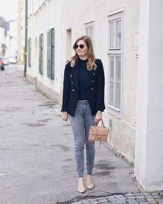 Streetstyle Herbst Outfit mit Zara Blazer, Rollkragenpullover und Jeans, Coccinelle Arlettis Tasche Daisies, Blazer Jeans, Zara, Glitter, Chic, Outfits, Fashion, Ladybug, Turtleneck