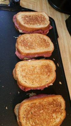 Ruben Sandwiches Rezept von Char - Sandwiches World 2020 Reuben Sandwich, Grilled Sandwich, Soup And Sandwich, Gourmet Sandwiches, Wrap Sandwiches, Sandwich Recipes, Dinner Sandwiches, Panini Sandwiches, Sandwich Ideas