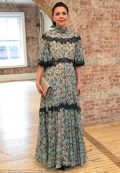Maggie Gyllenhaal at the Valentino Resort 2018 show in New York City on May 2017 Look Fashion, Daily Fashion, Runway Fashion, Fashion Show, Maggie Gyllenhaal, Platinum Hair, Spring Summer Trends, Celebrity Look, Red Carpet Dresses