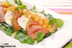 Ensalada de tomate y rúcula con vinagreta de melocotón