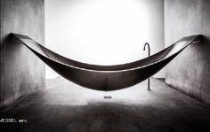 お風呂が宙に浮いている!? リラックス感が半端ない、ハンモック型バスタブ「ベッセル」