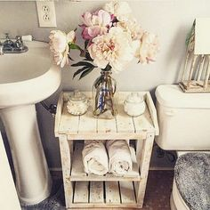 Love the romantic, feminine and vintage style of shabby chic look? Here we have some interesting shabby chic bathrooms to inspire you. Browse through all these stunning and charming ideas and get s… Small Apartment Decorating, Home Diy, Cheap Home Decor, Diy Pallet Furniture, Home Decor Items, Easy Home Decor, Home Decor, Home Decor Tips, Apartment Decor