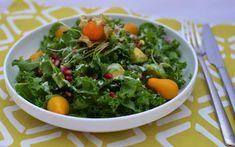 Grünkohl ist auch abgesehen von grünen Smoothies roh ganz gut genießbar, wie zum Beispiel hier als nährstoffreicher Salat!