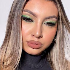 "Makeup Artist   Beauty Blogger on Instagram: ""Makeup green💚 Helloooo! Hoy les traigo este bello maquillaje en degrade con tonos verdes que amo🤩 es uno de mis tonos favoritos en cuanto a…"" Septum Ring, Instagram, Green Accents, Shades Of Green, Make Up"