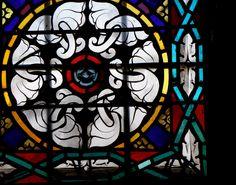 Lumière naturelle + vitrail. Abbaye de Chanteuges, Haute-Loire (Auvergne, FR)