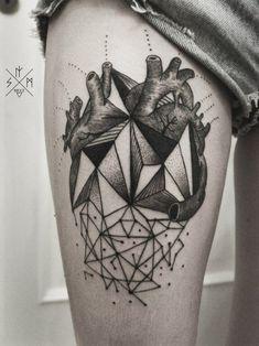 Tattoo von geometrischem Herzen in Schwarz an der Hüfte
