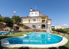 BADAJOZ, VALDECABALLEROS. Casa rural Casa Valdecaballeros. Chalet tipo mansión que cuenta con #9_dormitorios, todos con baño (uno con #hidromasaje), cocina, dos aseos, salón comedor, terraza cubierta y jardín con #columpios #piscina y #barbacoa. Ideal para realizar todo tipo de eventos. Se encuentra situado en la cola del #embalse_navegable de #García_de_Sola a las afueras de Valdecaballeros.    http://fotoalquiler.com/casavaldecaballeros #Casas_grandes_en_Badajoz