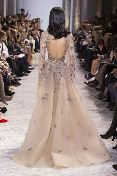 awesome Yue Han for Elie Saab Spring 2017 Haute Couture. Couture Fashion, Runway Fashion, Womens Fashion, High Fashion, Dress Fashion, Fashion Week, Fashion Bloggers, 90s Fashion, Style Fashion