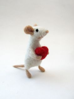 Nadel Gefilzte Maus mit roten Herzen