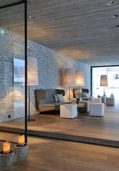 mur en brique, briques grises et intérieur minimaliste