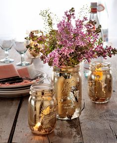 Gilded Vase Upgrade your picnic table with gilded DIY vases and votives. Use a foam brush to apply adhesive to the outside of a Mason jar in small, irregular patches. When the sticky substance turns clear—in about 30 minutes— press on sheets of gold leaf. Mason Jar Flower Arrangements, Mason Jar Flowers, Floral Arrangements, Pot Mason Diy, Mason Jar Crafts, Diy Jars, Gold Diy, Mason Jar Sconce, Gold Mason Jars