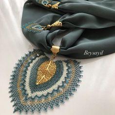 🌱🍃🌱🍃 ~•~•~•~ #igneoyası #fular #kolye #takı #tesbih #tasarım #elemegi #hediyelik #ceyizlik #handmade #gelinbohcası #art #crochet… Crochet Bra, Filet Crochet, Crochet Necklace, Embroidery On Clothes, Scarf Jewelry, Scarf Necklace, Homemade Jewelry, Button Crafts, Lace Flowers