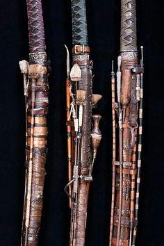 Katana holder's (I think) Samurai, Weapon Storage, Military Guns, Suit Of Armor, Weapon Concept Art, Tactical Knives, Blacksmithing, Altered Art, Design Art
