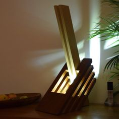 lamp hout buitengewone in Sipo en Frake een ongebruikelijk Led Desk Lamp, Bedside Table Lamps, Light Scattering, Tall Table, Led Flood Lights, Cool Woodworking Projects, Wooden Lamp, Light Decorations, Wood Art