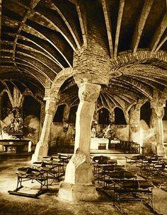 ANTONIO GAUDÍ. Cripta Güell. 1908-1914. Capilla en la colonia Güell. Modernismo ondulante.