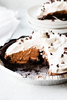 This No Bake Chocolate Pie is quick, easy, and loved by chocolate lovers young and old. Made with instant puddings and cool whip fillings! You\'ll love how easy this no bake pie reicpe is to whip up for the holidays or summer bbqs! Instant Chocolate Pudding Recipe, Easy Chocolate Pie Recipe, Homemade Chocolate Pie, Chocolate Pudding Desserts, Eggless Desserts, Chocolate Pies, Chocolate Lovers, Easy Desserts, Delicious Desserts