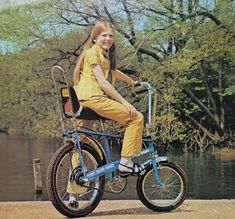 Alan Oakley designer of the Raleigh Chopper bike which became a symbol of the passed away in Nottingham last week. Any old Choppers out there? We feel a Chopper rally at The Vintage Festival coming on! Cool Bicycles, Vintage Bicycles, Cool Bikes, Raleigh Burner, Bmx Girl, Raleigh Chopper, Bicycle Safety, Bicycle Art, Vintage Festival