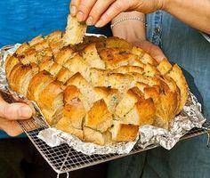 Vem älskar inte ett gott vitlöksbröd! Här är en kul mingelvariant, där du genom att först skära ett rutmönster i brödet får ett utseende som liknar en blomma. Använd ett vitt och fluffigt bröd – med ett kompakt surdegsbröd blir det inte riktigt samma sak.
