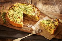 Vegetable quiche With a pastry case at the ready you can make this easy, delicious, veg-rich supper in under an hour. This creamy vegetable quiche recipe brings together garden green favourites, peas and courgettes, co Best Quiche Recipes, Great Recipes, Favorite Recipes, Vegetable Quiche, Vegetable Recipes, Quiche Vegetariano, British Cook, Vegetarian Quiche, Quiche Dish