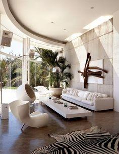 Beyaz modern tasarımda zebra post halı