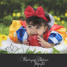 La princesa Blanca Nieves celebra sus 6 meses Milestone Pictures, Baby Pictures, Halloween Photos, Baby Halloween, Baby Snow White, Snow White Birthday, Rock A Bye Baby, Baby Girl Photography, Kid Poses