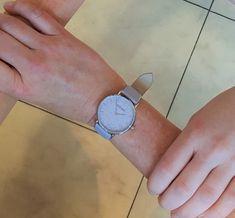 Pastellviolette Adora-Damenuhr mit zarten Ornamenten auf dem Ziffernblatt. Dame, Accessories, Clock, Ornament