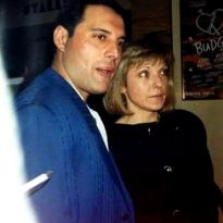 25 Romantic Photos of Freddie Mercury With Mary Austin, the Woman Who Stole His Heart ~ vintage everyday Mary Austin Freddie Mercury, Queen Freddie Mercury, Queen Albums, Best Rock Bands, Roger Taylor, Queen Photos, Queen Band, Romantic Photos, Brian May