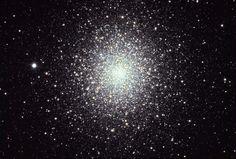 El cúmulo globular M2 (también conocido como objeto Messier 2, Messier 2, M2 o NGC 7089), se encuentra en la constelación de Acuario. Fue descubierto por Jean-Dominique Maraldi en 1746. Tiene un diámetro de aproximadamente 175 años luz, y contiene unas 150.000 estrellas, además de ser uno de los cúmulos más compactos y ricos conocidos.
