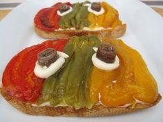 Las tostas con pimientos escalibados o asados, son tipicas de la cocina catalana. La escalibada se suele hacer asando en las brasas pimientos, berenjenas y cebolla... en mi casa lo que más gusta es...